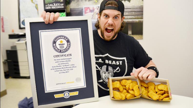 YouTube明星L.A. Beast吃出两项速食世界纪录